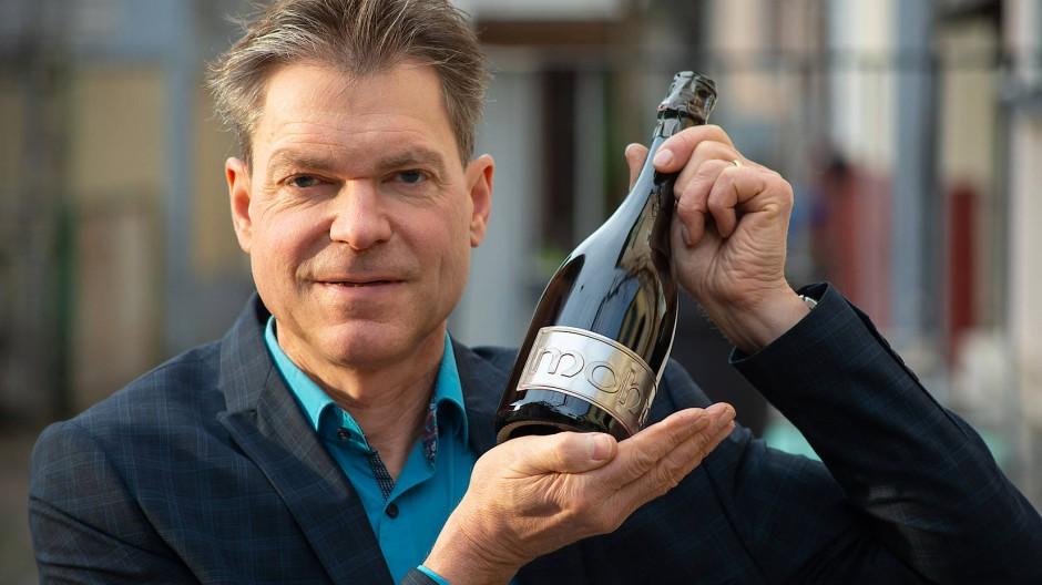 Perlendes Produkt: Winzer Jochen Neher mit einem seiner Sekte im Keller.