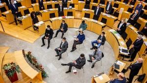 """Angehörige der Opfer von Hanau wollen mehr als """"warme Worte"""""""