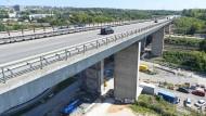 Fehlbohrung: Statt drei Fahrspuren stehen auf der Salzbachtalbrücke vorübergehend nur drei zur Verfügung.
