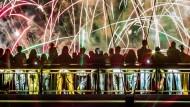 Dichtes Gedränge: Auf dem Holbeinsteg über dem Main beobachten Zuschauer ein großes Feuerwerk. (Symbolbild)