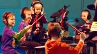 Einsatz: Früh übt sich, wer mit Spaß ein Instrument beherrschen will - hier Kinder auf der Musikmesse 2013