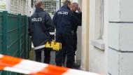 Polizisten untersuchen die Asylunterkunft im hessischen Witzenhausen, in der im Keller ein Feuer ausbrach.
