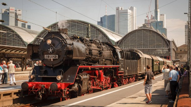 Jubiläum Hauptbahnhof - Feier zum 125jährigen Jubiläum des Bahnhofs Frankfurt mit dem Moderator  Harry Wijnvoord und Dampflokfahrten von Gleis 1 aus.