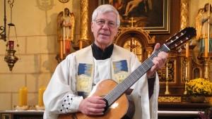 Singender Pfarrer spielt fast 100.000 Euro Spenden ein