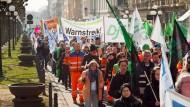 Unmut: Vor gut einem Jahr demonstrierten Beamte in Wiesbaden für mehr Geld