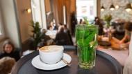 Tiefgrün: So lange noch Cappuccino im Strandcafé serviert wird, hat die CDU im Nordend einen schweren Stand.