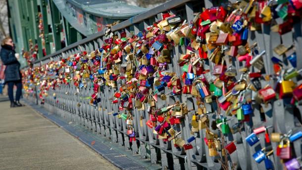 Künstlergruppe sammelt 3000 Liebesschlösser