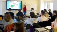 Mit digitaler Technik: An der Privatschule in Mainz sind allerdings Smartphones im Unterricht tabu.