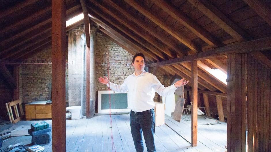 Frustriert: Reinhold Loskarn hat viel Geld für einen Dachausbau ausgegeben, doch die Stadt lehnte das Vorhaben ab.