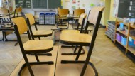 In der KGS Niederrad bleiben die Schulbänke vorerst leer - zu wenige Eltern hatten ihre Kinder an der Schule angemeldet. (Symbolbild)