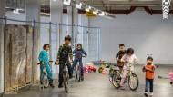 Überdachtes Tollen: improvisierter Indoor-Spielplatz in einer Halle der Flüchtlingsunterkunft