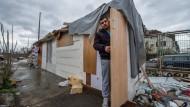 Brettverschlag mit Ausblick auf die Banken-Skyline: ein Mann auf einem Abbruchgelände im Gutleutviertel