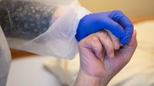 Wie Corona-Ausbrüche in Altenheimen die Inzidenz beeinflussen