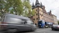 Durchfahrt: Täglich brausen 20.000 Fahrzeuge über die Straße am nördlichen Mainufer in Frankfurt - noch