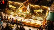 Vielfalt: Auf dem Frankfurter Weihnachtsmarkt gibt es nicht nur Nierenspieße und Handkäs'.