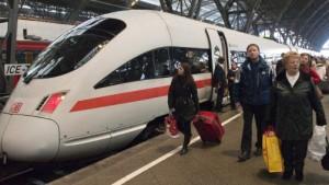 Polizei hilft bei überfüllten Zügen