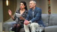 """Szene aus """"Das Abschiedsdinner"""": Caroline Kiesewetter und Stefan Schneider im Fritz Rémond Theater in Frankfurt"""