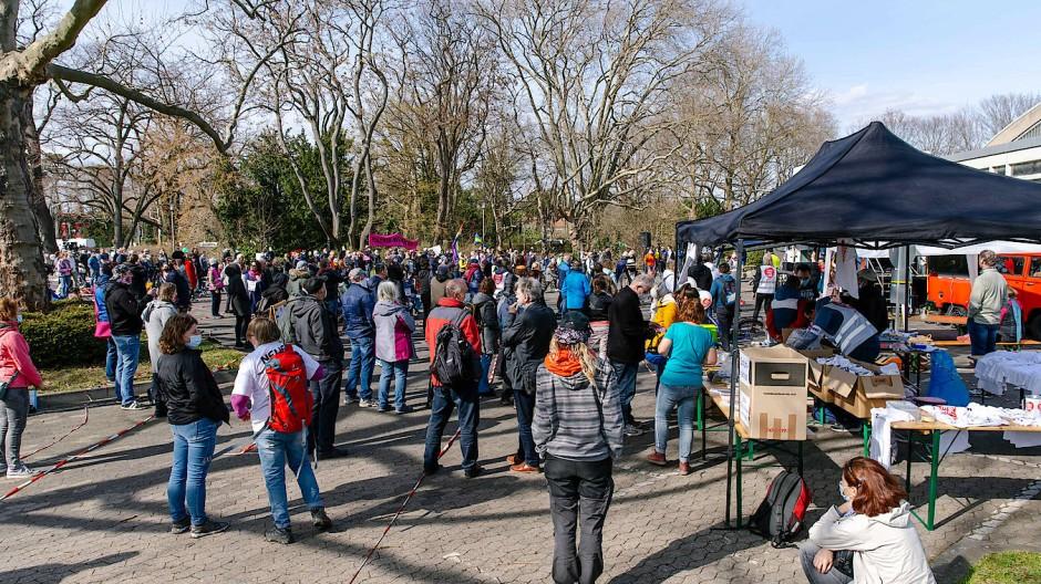 """Auflauf: """"Querdenker"""" bei einer Demonstration in Darmstadt im März"""