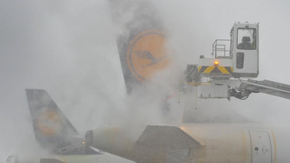 Schnee am Flughafen: Kurz nach Weihnachten im vergangenen Jahr mussten Flugzeuge enteist werden. Das derzeitige Winterwetter soll milder ausfallen.
