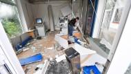Verwüstet: Im Juni 2017 haben Unbekannte einen Geldautomaten in der SB-Filiale der Deutschen Bank in Nieder-Roden gesprengt.