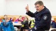 Brandschutzerziehung im Kindergarten: Peter Hilfinger von der Altersabteilung der Feuerwehr Bad Homburg erläutert richtiges Verhalten.