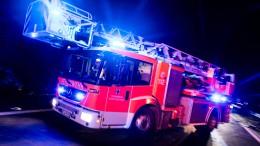 Weit sichtbare Rauchwolke bei Feuer in Entsorgungsunternehmen