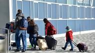 Abschied: Abgelehnte Asylbewerber vor ihrer Abschiebung vom Flughafen Kassel aus - das Foto entstand im November 2015