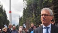 Will Mieter unter anderem an Solaranlagen beteiligen: Tarek Al-Wazir (Die Grünen), hier in einem Windpark in Heidenrod im Rheingau-Taunus