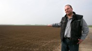 """""""Es gibt auch Grenzen des Wachstums"""": Landwirt Matthias Mehl zeigt den umstrittenen Acker. Die SPD will an dieser Stelle 16000 Menschen ansiedeln."""