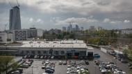 Bauland: Nach dem geplanten Umzug an den Kaiserlei soll das Mercedes-Autohaus im Ostend Wohnungen weichen.