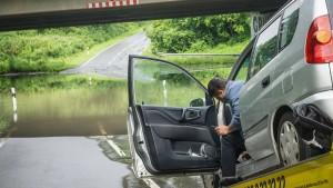 Regen setzt Straßen und Keller unter Wasser