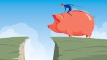 Ritt in den Abgrund: Die gute alte Spardose und Tagesgeldkonten unterscheiden sich in den aktuellen Zeiten der niedrigen Zinsen kaum in ihrer Effizienz.