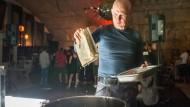Kochbuch: Der Frankfurter Künstler Kai Söltner bereitet einen Sud aus Lautréamont zu, auf dass dessen Ideen als Getränk verinnerlicht werden.