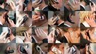 """Immer das Handy am Ohr: Verzichteten Menschen zu lange auf """"Me-Time"""", verschlechtert sich ihr Wohlbefinden (Symbolbild)."""