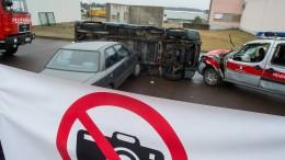 Gaffer filmt brennenden Laster und gefährdet Polizistin