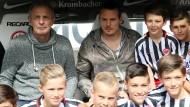 Freund der Jugend: Karl-Heinz Körbel (links) gemeinsam mit Eintracht-Kapitän Alexander und Nachwuchsspielern auf der Bank vor dem Bundesligaspiel gegen den VfL Wolfsburg.