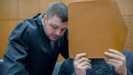 Anwalt und Angeklagter: Der mutmaßliche Islamist Halil D. (rechts) verdeckt sein Gesicht mit einer Mappe.