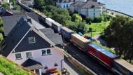 Rasende Container-Kette: Ein Güterzug fährt durch Assmannshausen im Mittelrheintal.