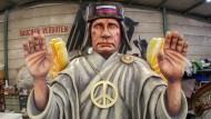 Die Motivwagen für den Rosenmontagsumzug: Hier Putin als Friedensengel - allerdings ein scheinheiliger, wie der Titel des Motivwagens verrät.