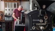 Jungunternehmer: Der ehemalige Maschinenbauer Norbert Bienfait in seinem rollenden Café, im Vordergrund eine gußeiserne Röstmaschine