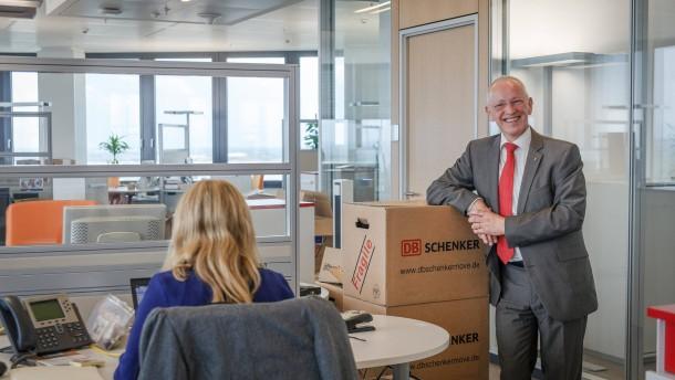 DB Schenker -  Das zuständige Vorstandsmitglied der DB Mobility and Logistics AG, Karl-Friedrich Rausch führt durch das neubezogene Gebäude
