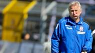 Spiel ohne Spaßfaktor: Benno Möhlmann kommt bei der Begegnung mit Erzgebirge Aue ins Zweifeln, ob er noch am richtigen Platz ist.
