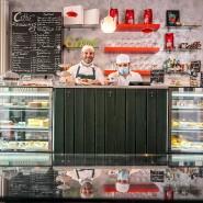 Rezepte aus Neapel: Giuseppe Fusco (links) und Raffaele Scarpati in ihrem Café in Frankfurt-Bornheim