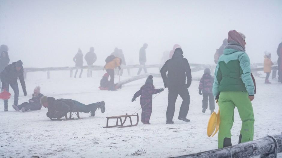 Voller Berg: Zahlreiche Menschen tummeln sich beim Schlittenfahren auf dem Großen Feldberg im Taunus.