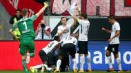 Jubelpose: Eintracht-Spieler feiern Haller für seinen sehenswerten Glücksschuss gegen Stuttgart