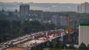 Arbeiter brechen erste Teile der Schiersteiner Brücke heraus