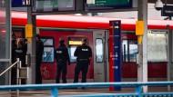 Zugriff: Beamte durchsuchen den Zug der S-Bahn-Linie 6 am Bahnhof Messe.