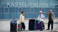 Der Flughafen Kassel-Calden ist seit seiner Eröffnung 2013 in der Kritik: Weil weniger Fluggäste als geplant kommen, hat der Flughafen Einbußen.