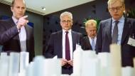 Ein hessischer Minister in London: Tarek Al-Wazir (Mitte) und Frankfurts Wirtschaftsdezernent Markus Frank (rechts) zu Besuch in einem Finanz-Unternehmen in London.