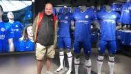 Blues-Man: Paul ist Mitglied beim FC Chelsea, hat eine Dauerkarte, war bei seinem Besuch in Frankfurt aber beeindruckt von er Frankfurter Fanszene